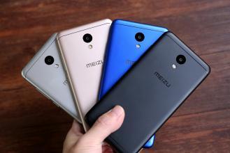четыре телефона в руке Meizu m6